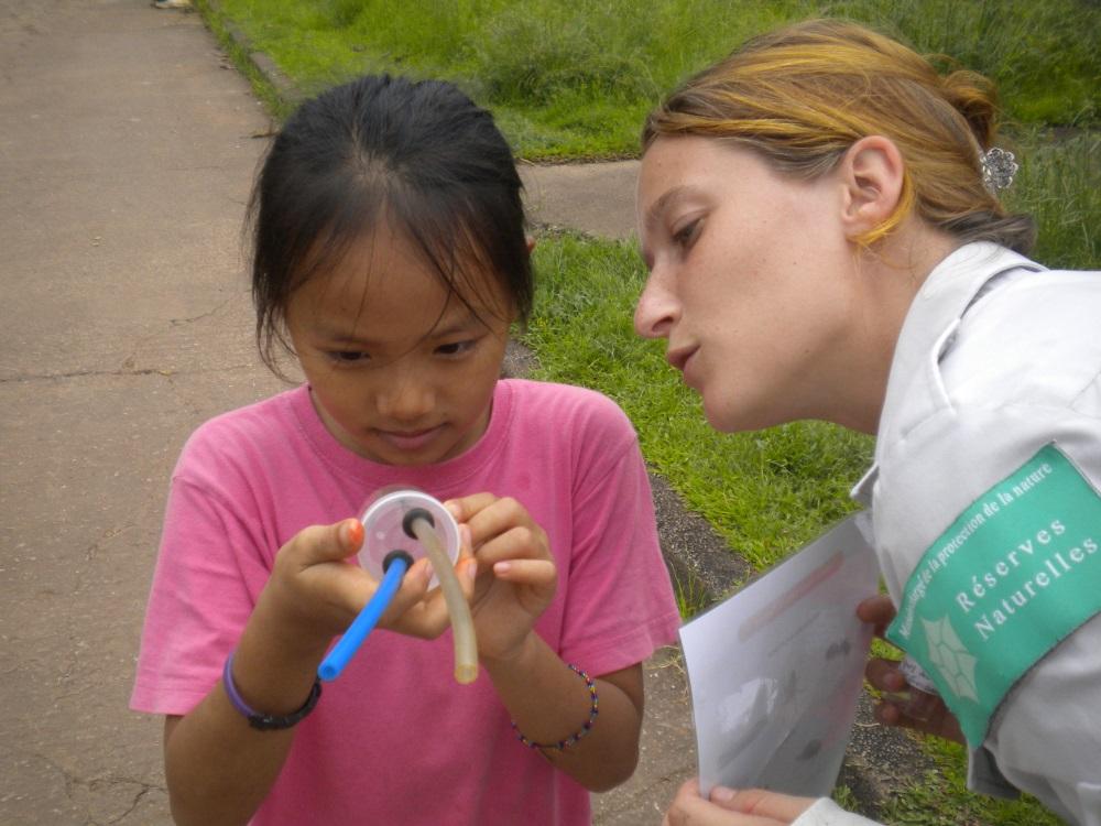 Observation de l'échantillonnage réalisé par l'aspirateur à bouche © Ecole Maurice Leanville